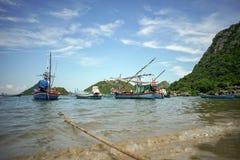 Die thailändischen traditionellen Fischerboote, die am Strand liegen und bereiten vor, um bei Prachuapkhirikhan, Thailand zu erlö stockfotos