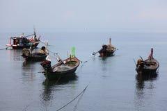 Die thailändischen traditionellen hölzernen Boote in der Lagune Stockfoto