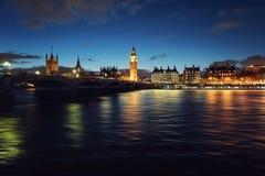 Die Themse an der blauen Stunde Stockfoto