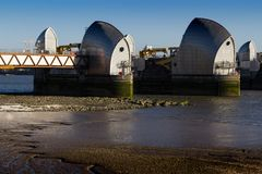 Die Themse-Flut-Sperre, Ost-London, England, Großbritannien - 25. Februar 2018: Ansicht von Sperren-Strukturen mit Mudflats im Vo lizenzfreies stockfoto