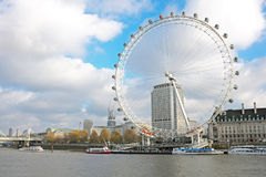 Die Themse mit dem London-Auge in London Großbritannien Stockfoto