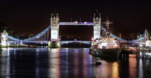 Die Themse mit Turm-Brücke und HMS Belfast belichtete Stockfoto