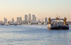 Die Themse-Sperre mit Kai der Arena-O2 und des Kanarienvogels Lizenzfreie Stockfotos