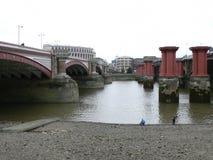 Die Themse und alte Blackfriars-Brückenunterstützungen Lizenzfreie Stockbilder
