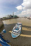 Die Themse und die Scherbe von der Kontrollturm-Brücke Lizenzfreie Stockfotos