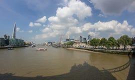 Die Themse und die Scherbe von der Kontrollturm-Brücke Stockbilder