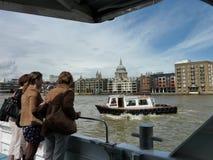 Die Themse und St. Pauls Cathedral London lizenzfreies stockfoto