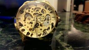 Die tickende goldene Armbanduhr stock footage