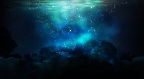 Die Tiefe des Meerwassers, der Meeresgrund, die Strahlen der Sonne durch das Wasser stockbild