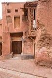 Die tipical roten Schlammziegelsteinhäuser im alten Dorf von Abyan Lizenzfreie Stockbilder
