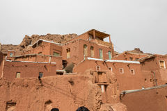 Die tipical roten Schlammziegelsteinhäuser im alten Dorf von Abyan Stockbilder