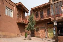 Die tipical roten Schlammziegelsteinhäuser im alten Dorf von Abyan Stockfotografie