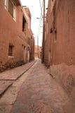 Die tipical roten Schlammziegelsteinhäuser im alten Dorf von Abyan Lizenzfreie Stockfotos