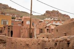 Die tipical roten Schlammziegelsteinhäuser im alten Dorf von Abyan Lizenzfreie Stockfotografie
