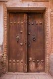 Die tipical Tür von roten Schlammziegelsteinhäusern im alten Dorf Stockfoto