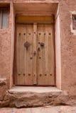 Die tipical Tür von roten Schlammziegelsteinhäusern im alten Dorf von Abyan, im Iran Stockbilder