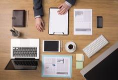 Die Tischplattenansicht des Geschäftsmannes Stockfoto