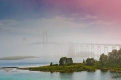 Die Tjeldsund-Brücke in einem Nebel stockfoto