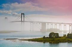 Die Tjeldsund-Brücke in einem Nebel lizenzfreie stockfotos