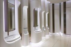 Die Toilette der modernen Männer in einem hochwertigen Einkaufszentrum Stockfotos