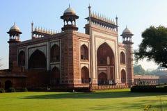 Die Tor-Weise zu Taj Mahal in Agra lizenzfreie stockbilder