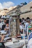 Die Torah-Rolle im ausgezeichneten Fall Stockbild