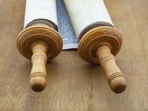 Die Torah-Rolle vom Papyrus und vom Holz auf einem Holztisch der braunen Farbe Lizenzfreie Stockbilder