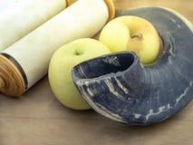 Die Torah-Rollen, die Äpfel und das Horn des Tieres sind Symbole des jüdischen neuen Jahres stockbild