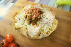 Die Tortillatorte, die mit Hühnerfleisch gefüllt wurde, schmolz Käse und Reis lizenzfreies stockfoto