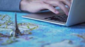 Die Tourismus Bloggeraufgaben-Reisetipps, schreibend auf Laptop, spielen Eiffelturm auf Karte stock video