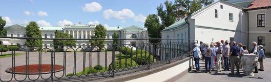 Die Touristen überprüfen den Palast des Präsidenten stockbild