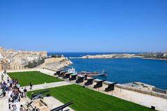Die Touristen, die auf den Mittag warten, schießen, Valletta Stockfotos