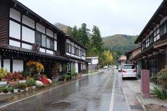 Die Touristen, die bei Shirakawa gehen, gehen Dorf während des leichten Regens in J Stockfotos