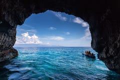 Die Touristen, die das Blau besuchen, höhlt auf Zakynthos-Insel in Griechenland aus Stockfotos
