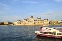 Die Touristen, die das schöne Wetter genießen, besuchen das Parlament am 9. August 2015 in Budapest, Ungarn Lizenzfreie Stockfotos
