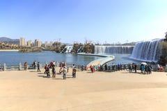 Die Touristen, die den Kunming-Wasserfall wisiting sind, parken die Aufmachung eines 400-Meter-breiten künstlichen Wasserfalls Ku Stockfotos