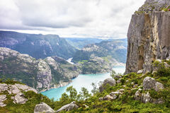 Die Touristen, die an der Preikestolen-Klippe lysefjorden wandern herein, Norwegen Lizenzfreies Stockbild