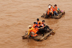 Die Touristen, die entlang den Gelben Fluss Huang He auf einem Schaffell schwimmen, flößt Stockfoto