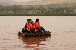 Die Touristen, die entlang den Gelben Fluss Huang He auf einem Schaffell schwimmen, flößt Stockfotografie