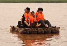 Die Touristen, die entlang den Gelben Fluss Huang He auf einem Schaffell schwimmen, flößt Lizenzfreie Stockfotografie