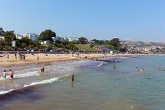 Die Touristen, die im Meer Swanage schwimmen, setzen Dorset England Großbritannien auf den Strand Stockfotos