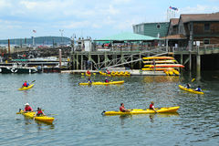 Die Touristen, die Meer reiten, fährt im Stangen-Hafen in Maine Kayak Lizenzfreies Stockbild