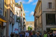 Die Touristen, die von Tre Martiri gehen, quadrieren in Rimini, Italien Lizenzfreies Stockbild