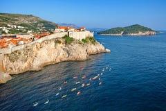 Die Touristen, Kayak fahrend, sehen an der alten Stadt von Dubrovnik- und Lokrum-Insel vom Fort Lovrijenac, Kroatien an Stockfoto