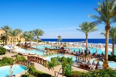 Die Touristen sind im Urlaub im populären Hotel Lizenzfreies Stockfoto
