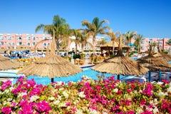 Die Touristen sind im Urlaub im populären Hotel Lizenzfreie Stockfotografie