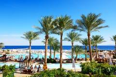 Die Touristen sind im Urlaub im populären Hotel Lizenzfreie Stockbilder