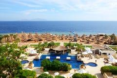 Die Touristen sind im Urlaub im populären Hotel Stockfotografie