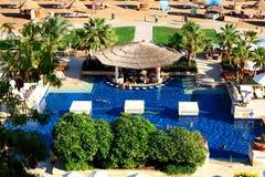 Die Touristen sind im Urlaub im populären Hotel Lizenzfreie Stockfotos