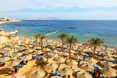 Die Touristen sind im Urlaub im populären Hotel Stockbild